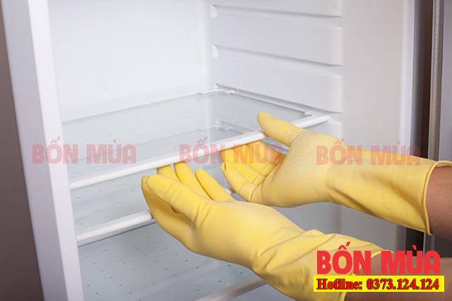 Kéo các khay kệ ra ngoài giúp giảm trọng lượng tủ