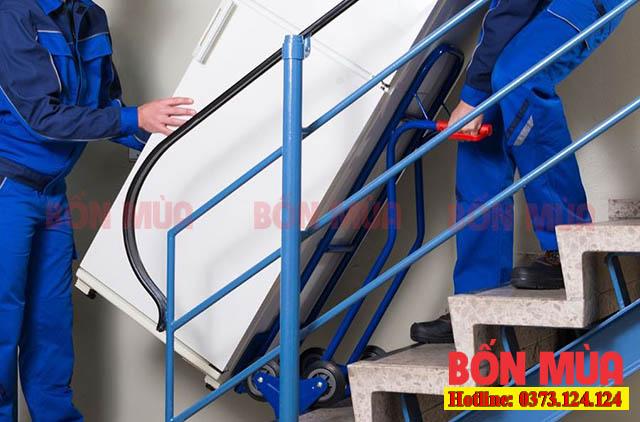 cách vận chuyển tủ lạnh an toàn xuống bậc thang